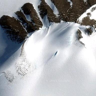Phát hiện xác UFO rơi chôn vùi trong tuyết ở Nam Cực?