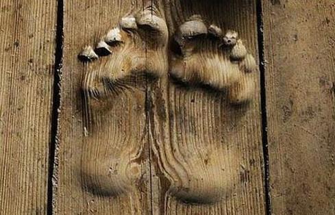 Hai dấu chân rõ ràng tại một ngôi chùa