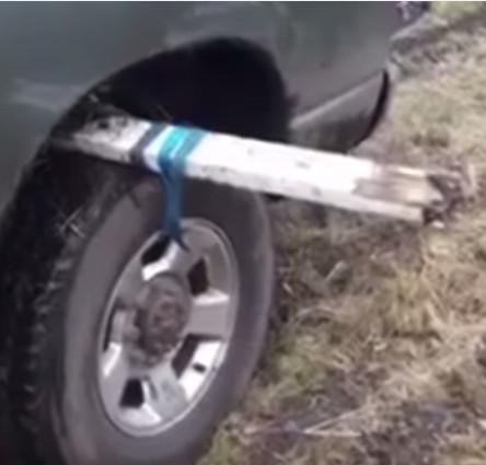 Video: Lái ôtô vượt qua bùn lầy dễ dàng chỉ với 1 tấm gỗ