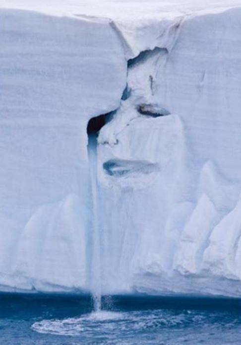 Xuất hiện hình mặt người đang khóc trên dòng tan chảy của sông băng