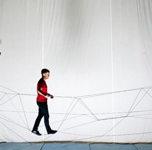 Video: Máy bay drone xây cầu bằng dây cho người đi bộ