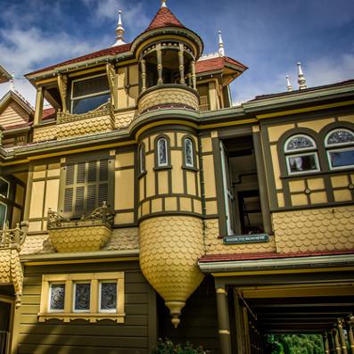 Bí ẩn ngôi nhà chịu lời nguyền ma ám