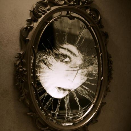Những bí ẩn kỳ lạ xung quanh chiếc gương soi
