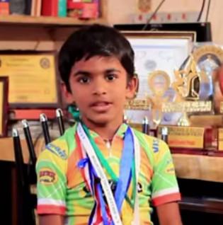 Video: Cậu bé 8 tuổi trượt patin qua gầm của 53 chiếc ô tô xếp kế nhau