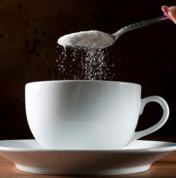 Vì sao nhiều người thích cho đường vào cà phê?