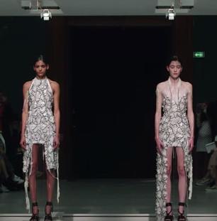 """Giải mã loại vải có thể giúp người mẫu """"thay đồ"""" ngay trên sân khấu"""