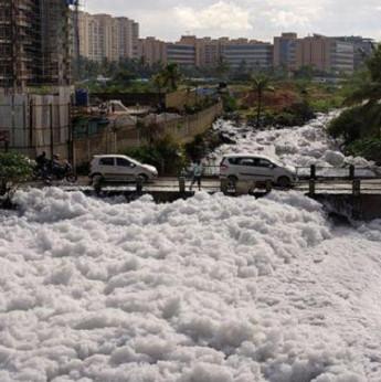 Hồ ô nhiễm sủi bọt độc trắng xóa bốc cháy