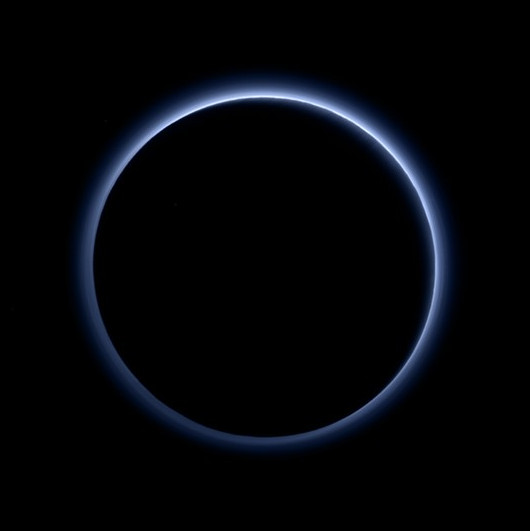 """Sao Diêm Vương có """"bầu trời xanh"""" và nước dạng băng đá"""