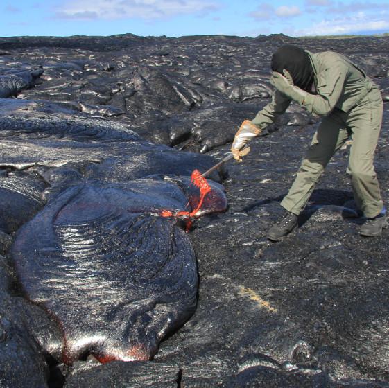 Quy trình thu thập dung nham nóng chảy từ núi lửa