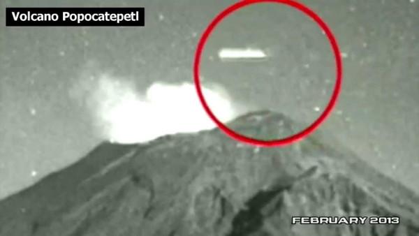 UFO xuất hiện trên miệng núi lửa phun trào?