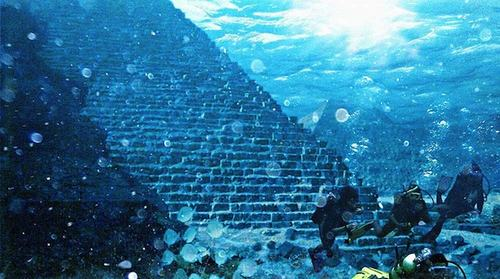 Cấu trúc lớn nhất trông giống như một kim tự tháp bậc thang, làm bằng đá nguyên khối.
