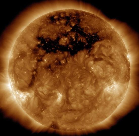 Phát hiện lỗ nhật hoa khổng lồ trên Mặt Trời