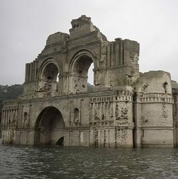 Hạn hán, lộ ra nhà thờ 400 năm dưới hồ chứa Mexico