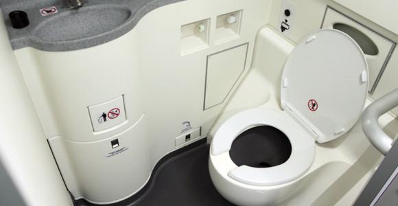 Video: Giải đáp bí ẩn lớn nhất về toilet trên máy bay