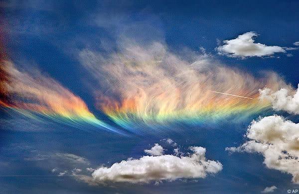Những ánh sáng bí ẩn xuất hiện trên bầu trời trong khoảnh khắc trước khi hoặc trong khi động đất diễn ra.