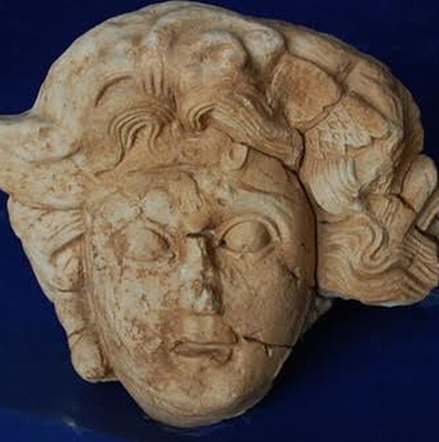 Phát hiện tượng nữ thần tóc rắn Medusa 2.000 năm tuổi