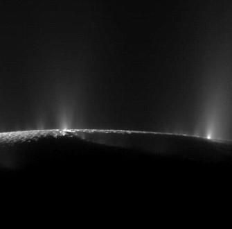 Tàu vũ trụ Cassini tiếp cận luồng hơi nước trên trăng của sao Thổ