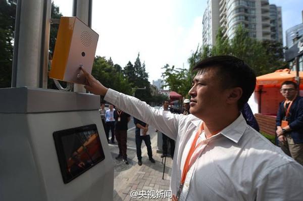 Trung Quốc lắp đèn đường phát sóng wifi, sạc điện
