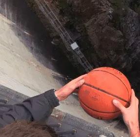 """Xem thí nghiệm bóng rổ """"phát điên"""" khi thả rơi ở độ cao trên 100m"""
