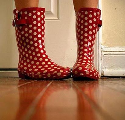 Hiểm họa khó ngờ khi đi giày vào nhà