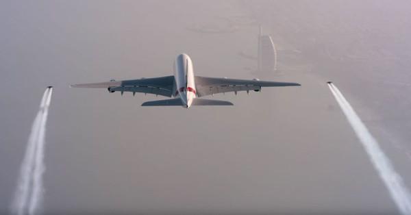 Video: Cảnh 2 người bay bên cạnh Airbus A380 ấn tượng khó tin