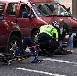 Chúng ta cần làm những gì khi gặp tai nạn giao thông trên đường?