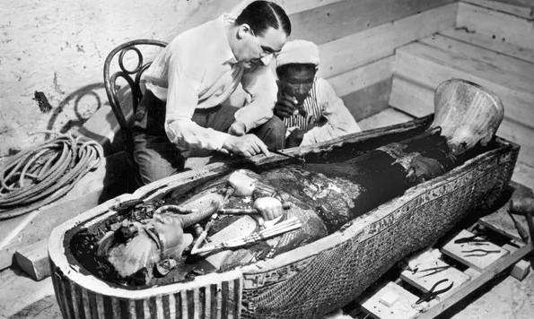 Howard Carter bên cạnh quan tài của Pharaoh Tutankhamun.