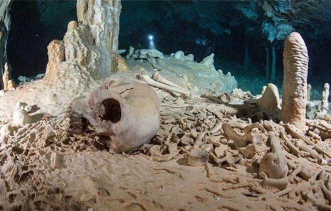 """Dưới đáy hồ Cenote Sagrado có hàng trăm bộ hài cốt khiến bạn phải """"đứng tim""""."""