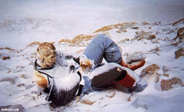 Đã có khoảng 240 nhà leo núi đã chết dọc đường và hầu hết hài cốt vẫn còn trên núi.