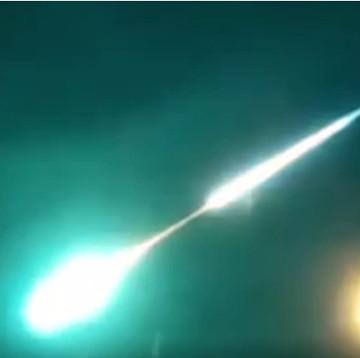 Video: Cầu lửa khổng lồ sinh ba trên bầu trời Nga
