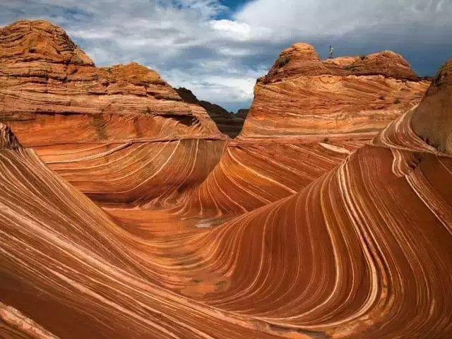 Những con sóng ngoạn mục trên núi đá