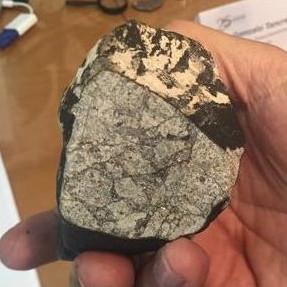 Một mảnh thiên thạch rơi đâm thủng trần nhà tại Uruguay
