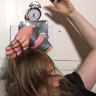 Video: Đồng hồ báo thức thô lỗ nhất thế giới
