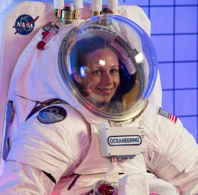 NASA ra mắt 2 mẫu trang phục cho phi hành gia lên sao Hỏa