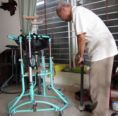 Ông lão sáng chế độc quyền xe tập đi cho người bị liệt