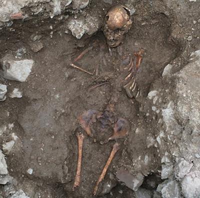 Thiếu nữ Trung Cổ bị hỏa thiêu vì nghi là phù thủy