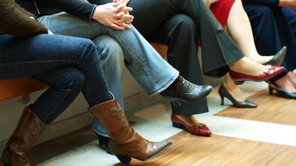 Số người thường bắt chân phải lên chân trái cao gần gấp hai lần số người bắt chân trái lên chân phải.