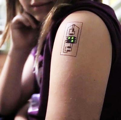 Xăm mạch điện trên da để tạo thành cảm biến theo dõi nhiệt độ, huyết áp