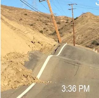 Một con đường tại California bị biến dạng nặng nề không rõ nguyên nhân