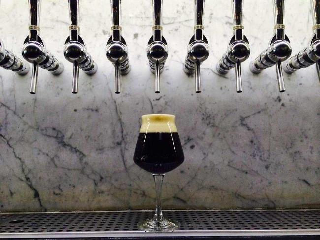 Cách đơn giản để kiểm tra cốc bia bạn uống có bẩn hay không