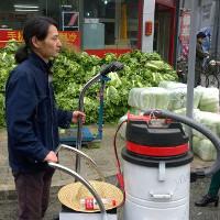 Nghệ sĩ đường phố đóng gạch bằng khói bụi ô nhiễm ở Bắc Kinh