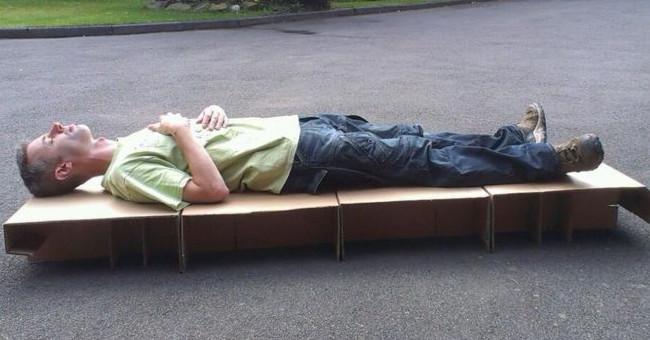 Làm giường từ bìa các-tông