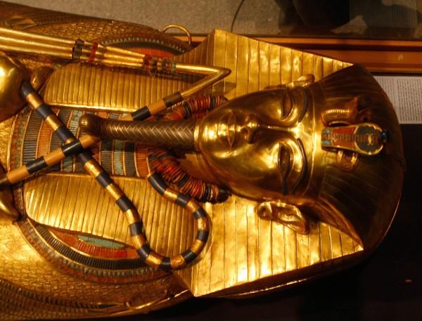 Lời nguyền chết chóc của Tutankhamun cũng không hề tồn tại mà là hành động, âm mưu giết người của một kẻ cuồng tín.