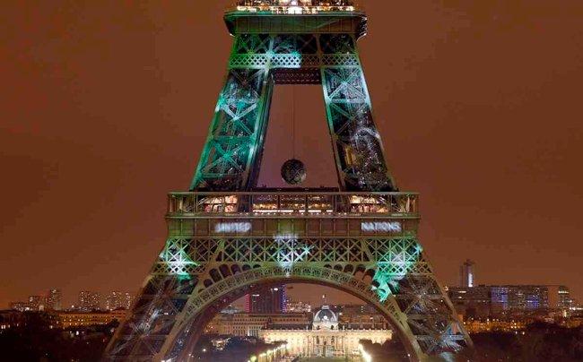 Tháp Eiffel bất ngờ chuyển qua màu xanh vì biến đổi khí hậu