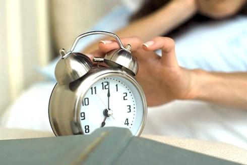 Hãy loại bỏ đồng hồ báo thức vì chúng chỉ khiến cho bạn khó ngủ hơn mà thôi.