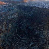 """Mỏ bạc """"nuốt"""" dần thành phố 400 tuổi trên dãy Andes"""