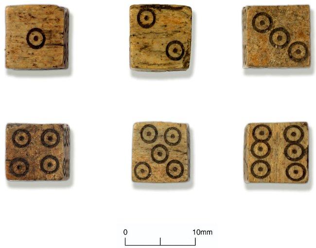 Bộ xúc xắc bằng xương tìm thấy ở khu vực khai quật.
