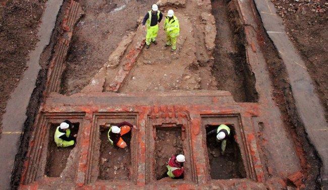 Các nhà khảo cổ khai quật bức tường của lâu đài.
