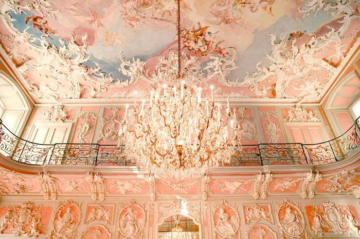 Trần nhà được trang trí bằng những hình vẽ đẹp và độc đáo