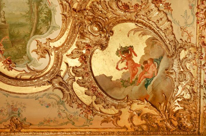 Những họa tiết trang trí cầu kì trên trần của lâu đài